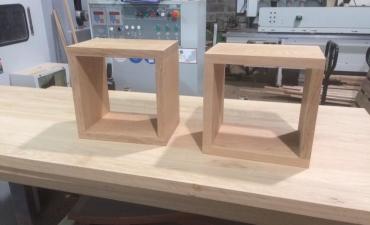 Table de chevet en chêne massif, fixations invisibles